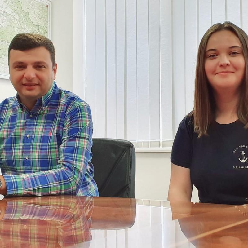 Sergiu Bîlcea i-a oferit posibilitatea Siminei Ispas - absolventa cu 10 a bacalaureatului - să efectueze un stagiu de pregătire în CJA