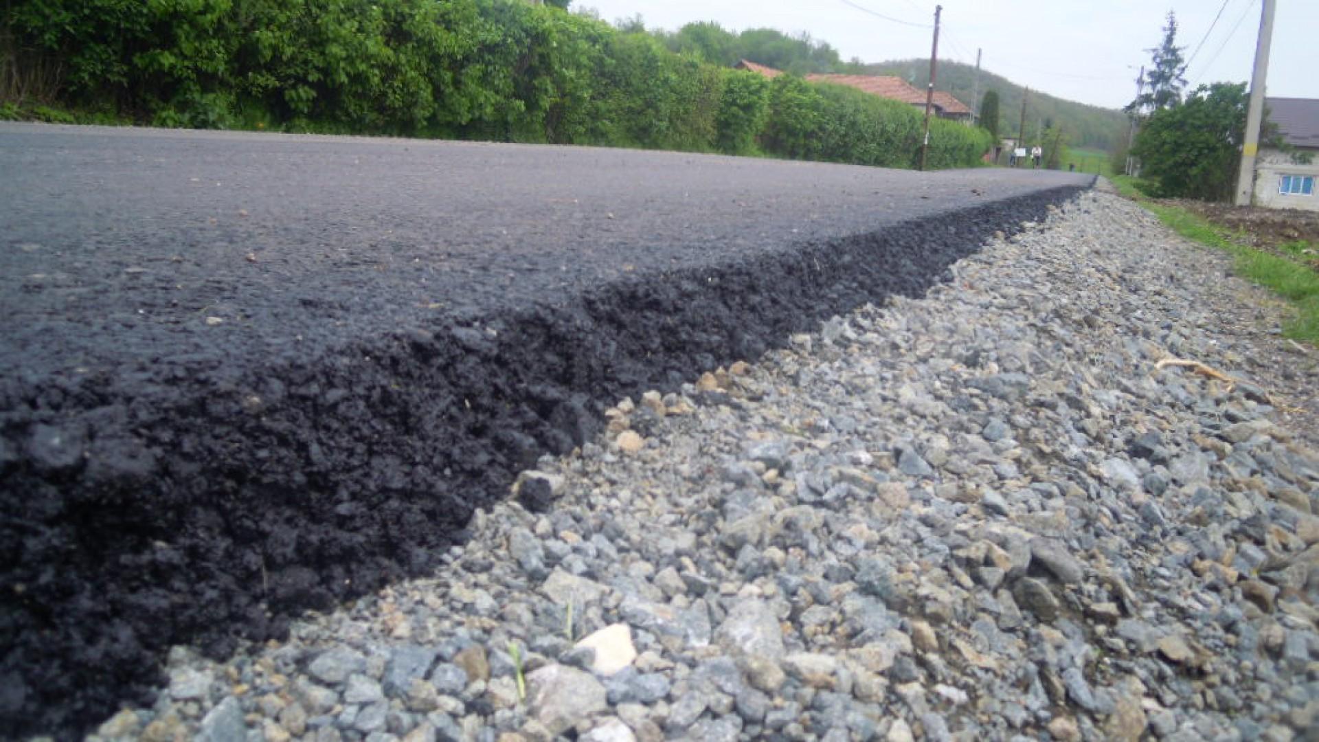 Se așterne primul strat de asfalt pe Pâncota-Buteni
