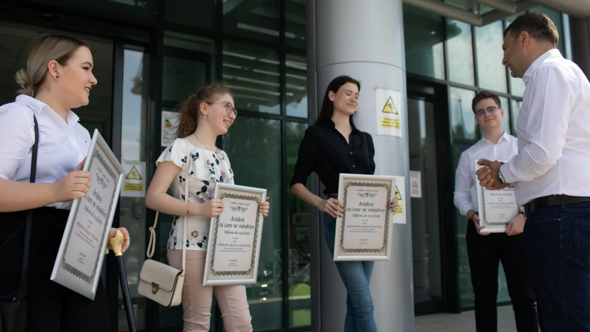 """Elevii de 10 au primit diploma """"Arădeni cu care ne mândrim"""""""