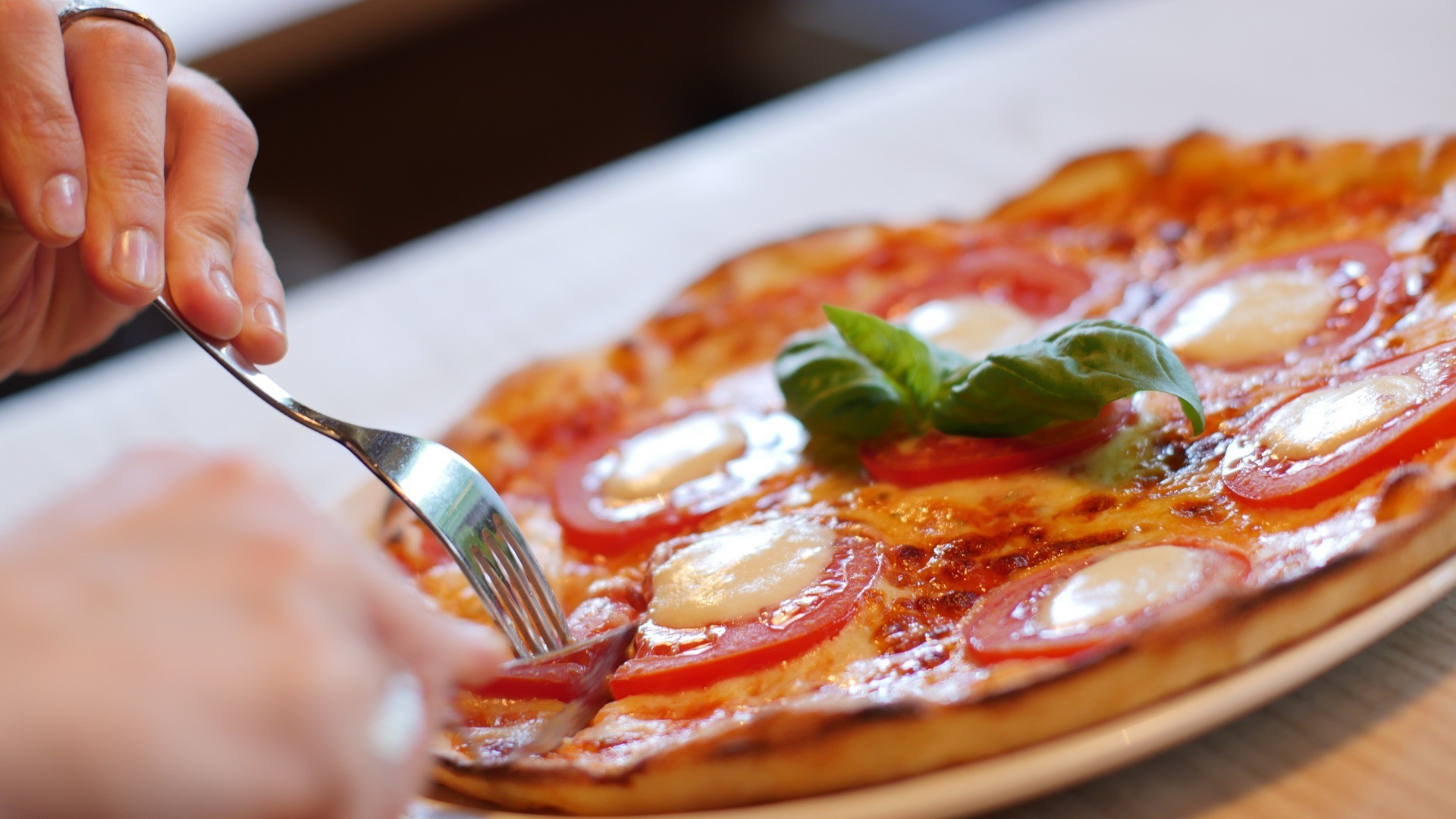 Majoritatea românilor intenţionează să ia masa în oraş după ridicarea restricţiilor, în special la restaurant şi fast-food