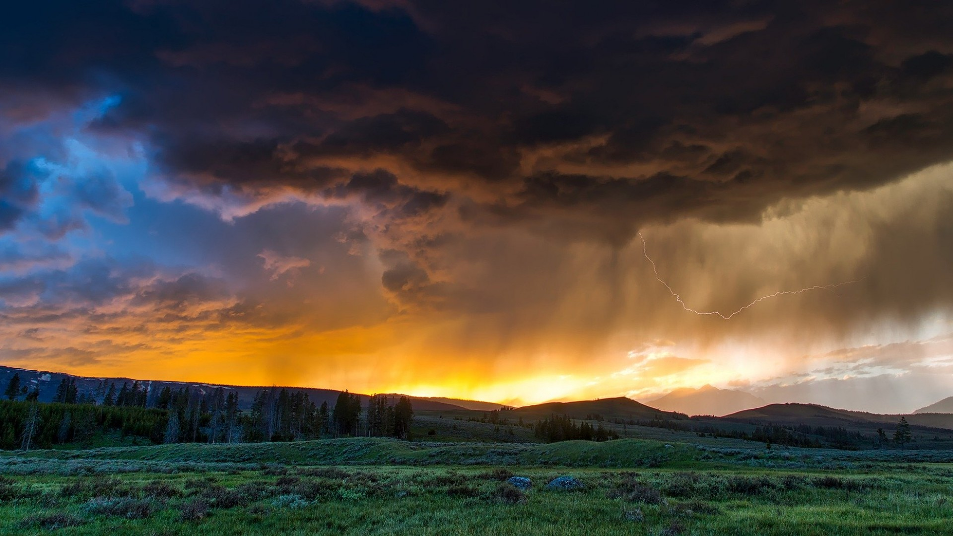 ANM: Zilele însorite şi călduroase vor alterna cu cele ploioase şi reci în prima lună de vară